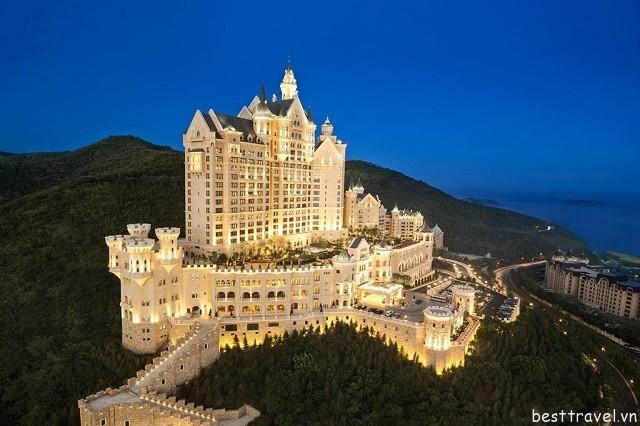 Hình 1 - Castle Hotel khánh thành vào năm 2014