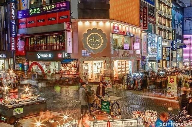 Hình 1 - Khu phố Myeongdong là một trong những thiên đường mua sắm ở Hàn Quốc