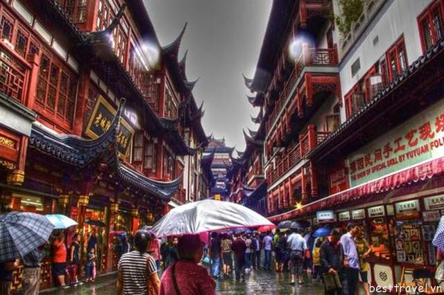 Hình 2 – Các cửa hiệu bên đường ở Miếu Thành Hoàng là nơi mua sắm lý tưởng
