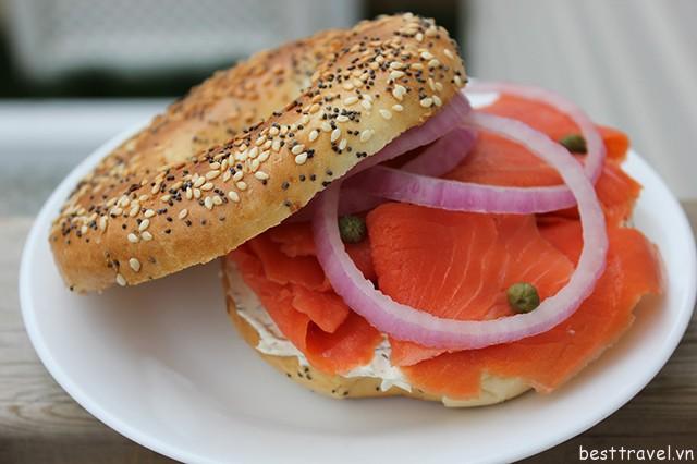 Hình 4 – Bánh mì cá hồi xông khói, món ăn của người Do Thái