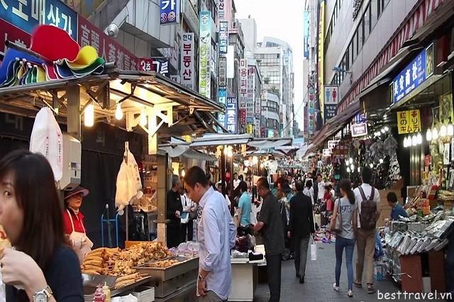 Hình 6 - Chợ là một trong những khu mua sắm sầm uất và cổ nhất Hàn Quốc