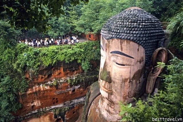 Hình 7 - Lạc Sơn Đại Phật là bức tượng Phật lớn thế giới
