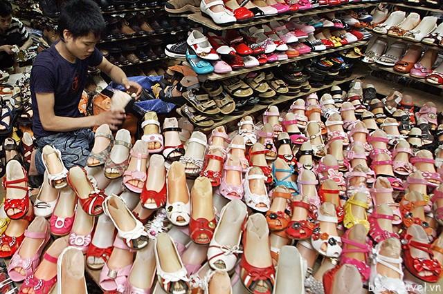 Hình 8 – Các mặt hàng giày dép phong phú ở chợ Xing Hao Pan