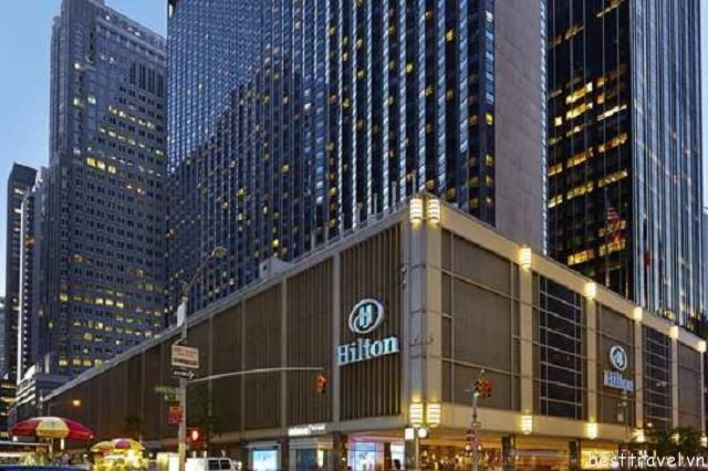Hình 8 - Khách sạn New York Hilton Midtown thu hút rất đông du khách