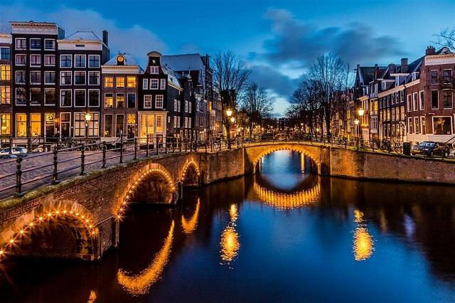 Trên thực tế kênh đào ở Amsterdam còn nhiều hơn cả Venice
