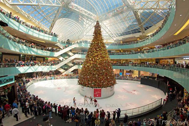 Không gian tấp nập trong trung tâm Galleria vào dịp lễ Giáng sinh