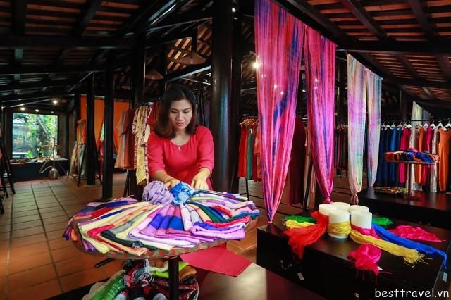 Khu trưng bày các sản phẩm từ lụa của làng lụa Duy Trinh
