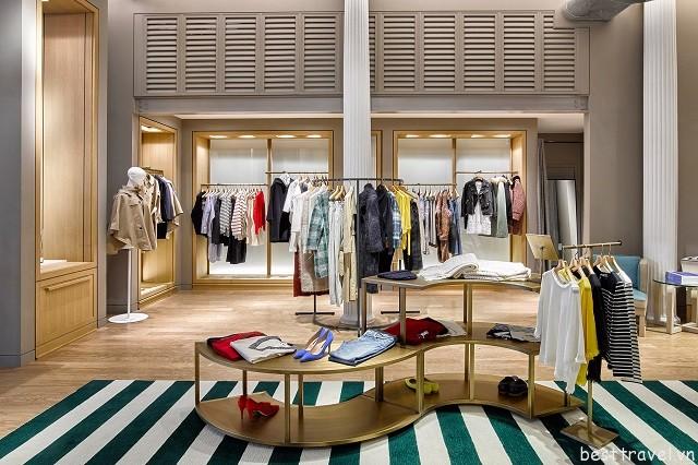 Không gian mua sắm sang trọng tại một cửa hàng thời trang của Soho