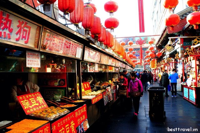 Không chỉ mua sắm, phố Vương Phủ Tỉnh còn là nơi tuyệt vời để thưởng thức các đặc sản địa phương