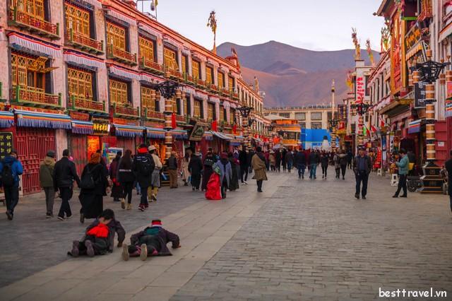 Dù tham quan, vui chơi hay mua sắm, Barkhor luôn là điểm đến lý tưởng dành cho mọi du khách ở Lhasa