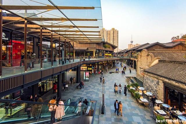 Ở phố Chunxi du khách có thể tìm thấy vô số địa điểm mua sắm hấp dẫn dành cho mình